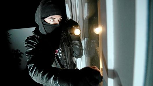 Die unbekannten Täter hebelten die Terrassentür auf und gelangten so in die Wohnung. (Symbolfoto)