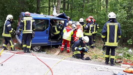 Erst nach rund eineinhalb Stunden hatten die Rettungskräfte den im Transporter eingeklemmten 29-jährigen Fahrer befreien können; er wurde mit einem Rettungshubschrauber in ein Krankenhaus geflogen.
