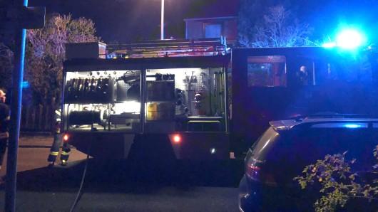 Das Tanklöschfahrzeug der Freiwilligen Feuerwehr Reislingen ist zum Ehrendenkmal gefahren.