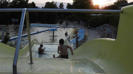Nico (l.) und Karem nutzen die abendliche Öffnungszeit am Fümmelsee.