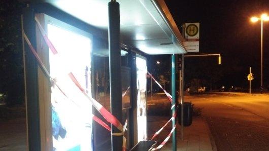 Unbekannte haben an einem Buswartehäuschen in Salzgitter-Lebenstedt die Scheibe zerstört (Symbolbild).