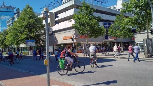 Ab Freitag sind weite Bereiche der Pestalozzistraße in beiden Fahrtrichtungen für den Fahrzeugverkehr gesperrt; Fußgänger und Radfahrer können aber die Straße weiter queren.