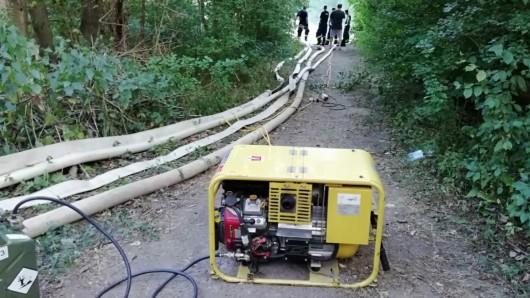 Knapp 300 Meter Schlauchleitungen verlegten die Einsatzkräfte von Feuerwehr und THW.