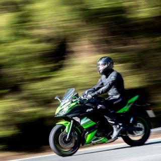 Der Fahrer hat seine Maschine abgebremst - seine Frau ist vom Motorrad gefallen. (Symbolbild)