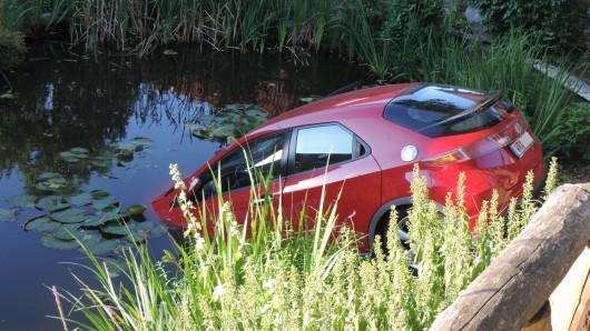 Wernigerode: Mit ihrem Honda Civic ist eine 55-jährige Autofahrerin in einem Fischteich gelandet.
