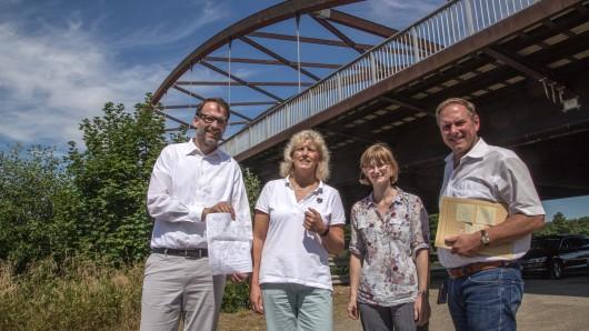 Vertreter der Stadtverwaltung Salzgitter erläuterten die geplanten Sanierungsarbeiten an der Stabbogenbrücke über den Salzgitter-Stichkanal.