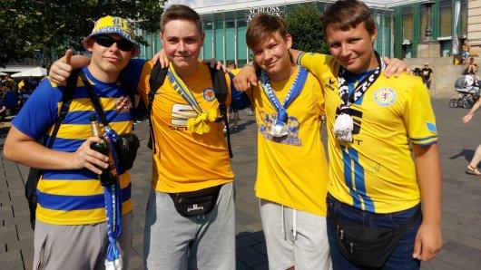 Die Jungs freuen sich zusammen mit den anderen Fans auf das Spiel.