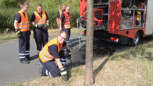 Die Freiwilligen Feuerwehren helfen nun dabei die Straßenbäume in Braunschweig zu bewässern - die Ortswehr Rühme hat schon mal angefangen.