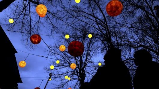 Ein Anwohner hat merkwürdige Flugobjekte am Himmel gesehen. (Symbolbild)