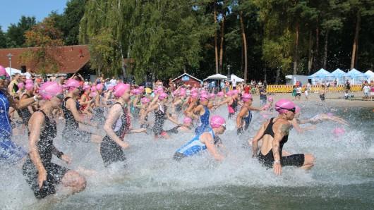 Beim 16. Tankumsee-Triathlon haben rund 700 Triathleten ist Bestes gegeben.