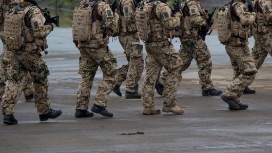 Munster: Soldaten der Bundeswehr gehen während einer Übung auf einem Platz entlang.