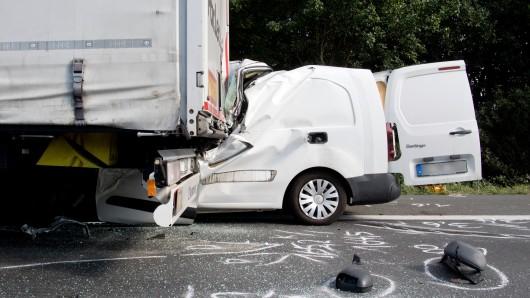 Der Fahrer des Kleintransporters ist an seinen Verletzungen gestorben.