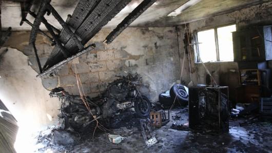 Die Garage stand als die Feuerwehr eintraf komplett in Flammen.