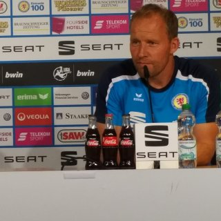 Trainer Henrik Pedersen und Vereinssprecherin Denise Schäfer während der Pressekonferenz vor dem Auswärtsspiel der Eintracht bei Hansa Rostock.