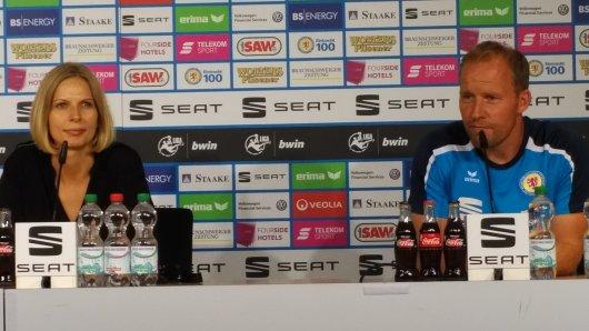 Trainer Henrik Pedersen und Vereinssprecherin Denise Schäfer informieren von dem Spiel gegen den SV Wehen (Archivbild).