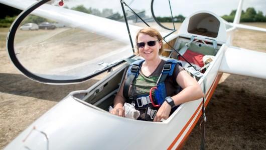 Burgdorf: Astrid Angermann, langjährige Segelflugpilotin des Luftsportvereins Burgdorf, sitzt in einem Segelflugzeug auf einem Flugplatz nahe Ramlingen.