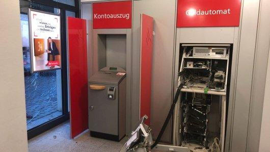 Dieser Geldautomat in einer Filiale der Santander-Bank in Hameln ist am frühen Donnerstagmorgen Kriminellen zum Opfer gefallen.