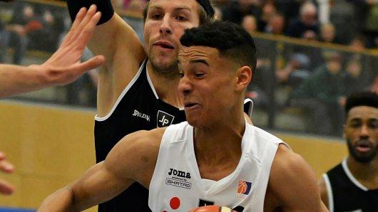 Entwickelt sich ab jetzt bei den Basketball Löwen: Oshane Drews (unten, weißes Trikot)