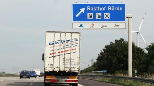 Auf dem A2-Rasthof Börde-Süd ist ein Lkw mit solch hohem Tempo einem Sattelzug ins Heck gekracht, dass der Fahrer eingeklemmt wurde (Symbolbild).