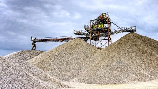 In Niedersachsen und Bremen werden pro Jahr rund 40 Millionen Tonnen Kies benötigt - die Papenburg AG will deshalb ihr Werk in Harvesse erweitern (Symbolbild).