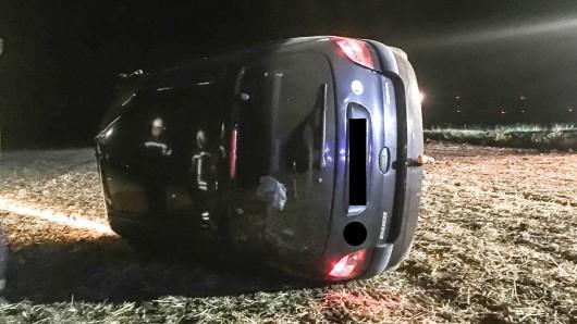 Der Renault Megane hat sich nach Angaben der Polizei Peine mindestens einmal auf dem abgeernteten Acker neben der Straße überschlagen und blieb dann auf der Seite liegen.