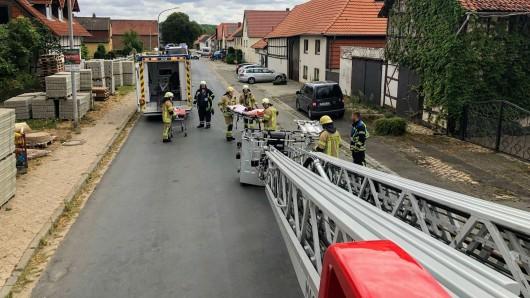 Manchmal ist die Drehleiter auch gut für den Krankentransport - wie am Sonntag in Helmstedt.