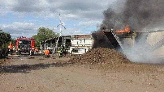 Dichter Qualm zog von der brennenden Maschine auf dem Gelände des Mehrumer Kompostwerks auf.