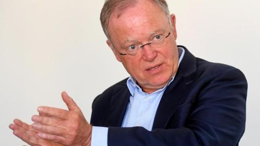 Stephan Weil (SPD), Ministerpräsident von Niedersachsen, setzt sich dafür ein, Asylbewerbern eine Chance auf dem Arbeitsmarkt zu geben. (Archivbild)