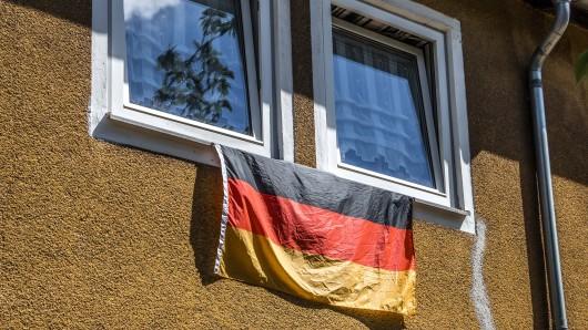 Geht gar nicht - zumindest nicht ohne Europa- oder Weltmeisterschaft: aus dem Fenster gehängte Deutschlandfahne in einem Mietshaus der TAG.