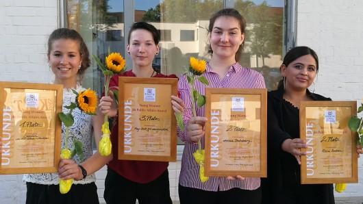 Carolin von der Osten-Sacken, May-Britt Morgenstern, Alissa Drohberg  und Rosa Baban haben einen Young Women in Public Affairs Award  bekommen (v.l.n.r.).
