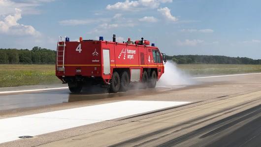 Der Flughafen in Hannover kühlt die Landebahn zur Zeit mit Wasser.