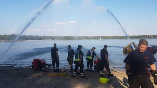 Die Feuerwehr hat das Wasser im Tankumsee gut durchgewirbelt.