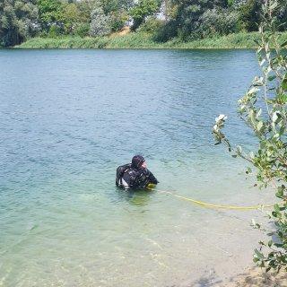 Jetzt sucht ein Taucher das Gewässer ab.