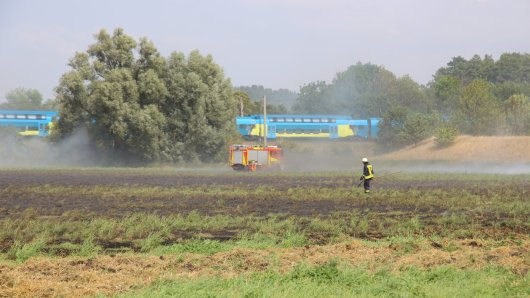 Das Feuer drohte auf die Böschung an der Bahnlinie überzugreifen.