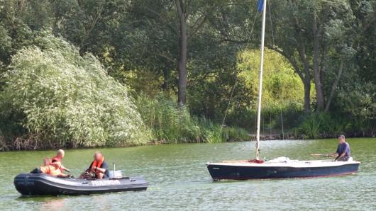 Das Segelboot musste wieder aufgerichtet und abgeschleppt werden.
