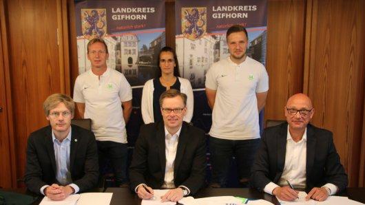 Tim Schuhmacher, Dirk Lauenstein Und Landrat Andreas Ebel zusammen mit Janine Ahrends vom Landkreis Gifhorn sowie Roy Präger und Stephan Kettner von der VFL Fußballschule.