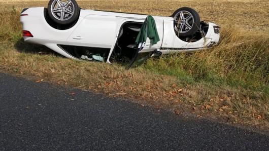 Der Wagen blieb nach dem Unfall auf der K40 auf dem Dach liegen.