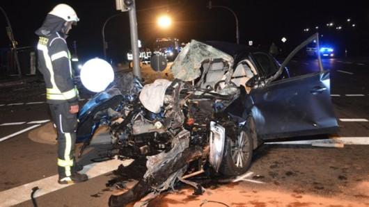 Die 18 Jahre alte Beifahrerin starb nach Angaben der Polizei sofort.