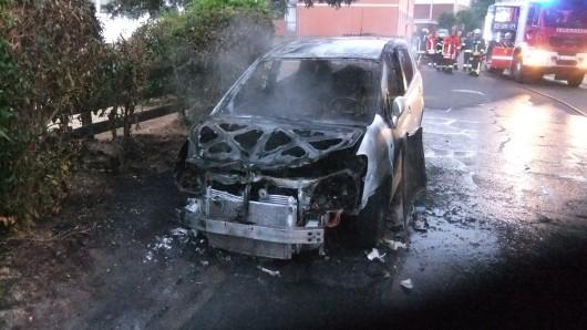 Als die Feuerwehr eintraf, brannte das Auto bereits.
