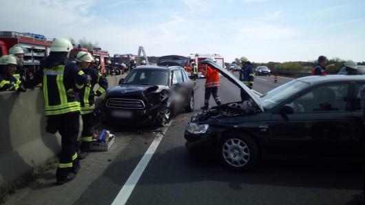 Ein Mini wurde von einem Honda in die Betonschutzwand gedrückt.