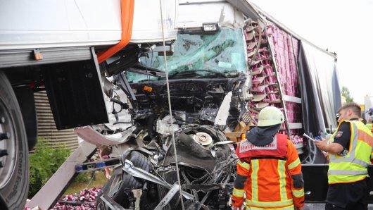 Auch bei dem Folgeunfall auf der A2 bei Peine ist eine Person gestorben.