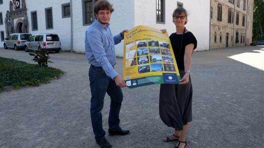 Daniel Pollok, Untere Denkmalschutzbehörde Wolfsburg, und Esther Orant vom Forum Architektur Wolfsburg präsentieren das diesjährige Programm.