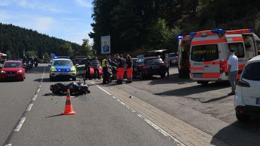 Insgesamt stürzten zwei Motorradfahrer, weil ein Autofahrer sie übersehen hatte.