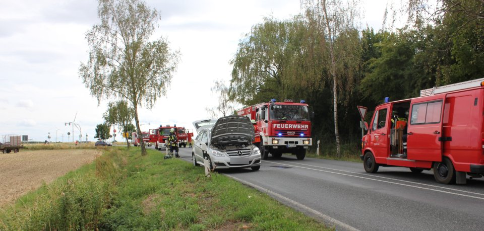 Das betroffene Fahrzeug zusammen mit den Einsatzfahrzeugen der drei Ortswehren.