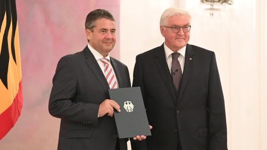 Bundesaußenminister Sigmar Gabriel (SPD) erhält von Bundespräsident Frank-Walter Steinmeier am 24.10.2017 im Schloss Bellevue in Berlin seine Entlassungsurkunde. Die Bundesregierung bleibt vorerst geschäftsführend im Amt.