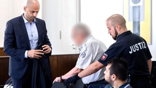 Der Angeklagte wird in den Gerichtssaal gebracht in dem sein Verteidiger schon wartet - für zwei Jahre und neun Monate muss er jetzt ins Gefängnis.