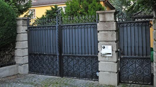 Warum die Diebe es schon wieder auf ein grünes Eingangstor abgesehen haben, ist bisher noch unklar (Symbolfoto).