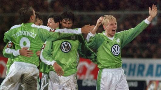 Auch rund 20 Jahre nach dem Aufstieg der Wölfe hat Roy Präger (hier rechts im Bild) was zu jubeln. (Archivbild)