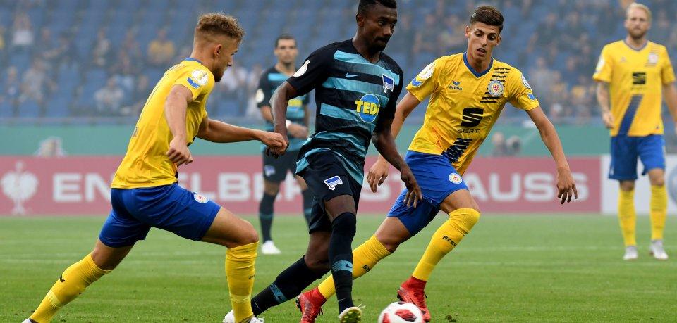 Braunschweigs Leandro Putaro (l) und Ivan-Leon Franjic (r) versuchen Herthas Salomon Kalou den Ball abzunehmen.