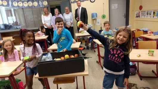 Die Zweitklässler der Grundschule Schunteraue freuen sich über ihr gesundes Schulfrühstück.